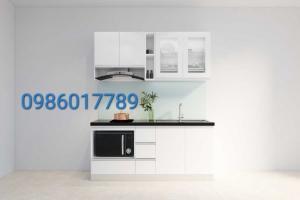 Tủ bếp nhựa cánh acrylic màu trắng kết hợp cùng kính xanh ngọc ánh kim và mặt đá kim sa trung nhà cô Thủy , Quán Thánh , Hà Nội