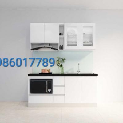 Tủ bếp nhựa cánh acrylic màu trắng kết hợp cùng kính xanh ngọc ánh kim và mặt đá kim sa trung nhà cô Thủy Quán Thánh Hà Nội