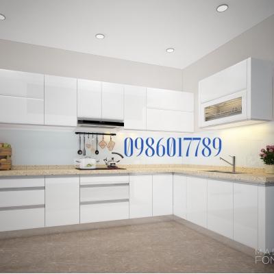 Tủ bếp chữ L màu trắng kết hợp cùng mẫu kính xanh ngọc tạo nên điểm nhấn nhẹ nhàng cho một không gian sang trọng